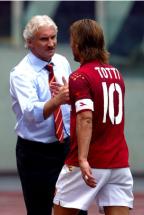 Stagione 2004-2005, stretta di mano a bordo campo con Rudi Voeller, tecnico giallorosso per le prime 4 gare della stagione iniziata con le dimissioni di Prandelli. L'incontro di due leggende