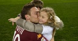Roma, Stadio Olimpico, 3 marzo 2013. Roma-Genoa 3-1. Abbracciato ai figli Cristian e Chanel al termine della partita, in cui ha segnato una rete raggiungendo Nordhal al secondo posto della graduatoria all-time dei marcatori di Serie A.