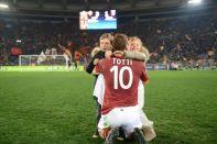 Roma, Stadio Olimpico, 3 marzo 2013. Roma-Genoa 3-1. Il già citato abbraccio con i figli Cristian e Chanel al termine della partita con l'aggancio a Nordhal