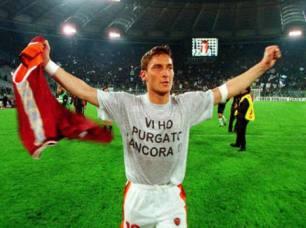 """Roma, 11 aprile 1999. Roma-Lazio 3-1. E' il primo derby vinto nella gestione Zeman, e Francesco, autore del terzo goal giallorosso, a fine partita sfoggia la sua prima maglietta """"storica"""" coni il celebre sfottò indirizzato ai cugini"""