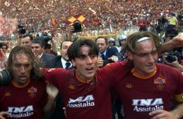 Roma, Stadio Olimpico, 17 giugno 2001. Roma-Parma 3-1. Batistuta, Montella e Totti rientrano in campo dopo il 2-0 siglato dall'Areoplanino. Lo scudetto è cosa quasi fatta.