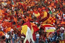 Roma, Stadio Olimpico, 17 giugno 2001. Spalti imbandierati a festa prima, durante e dopo Roma-Parma. 75000 tifosi (fra cui il sottoscritto), tutti in giallorosso, una bandiera ogni due persone. Una cosa indescrivibile, da togliere il fiato.