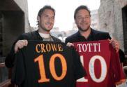 """Roma, 14 maggio 2010. Al Colosseo, insieme al """"gladiatore"""" Russell Crowe"""