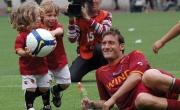 Con i figli Cristian e Chanel, sul prato dello Stadio Olimpico, al termine dell'ultima partita casalinga della stagione 2009-2010