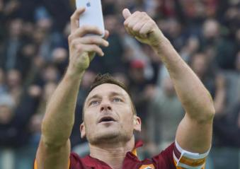 Roma, Stadio Olimpico, 11 gennaio 2015. Roma-Lazio 2-2. Grazie a una doppietta di Totti nel secondo tempo, la Roma ristabilisce il pareggio contro i cugini dopo aver chiuso la prima frazione in svantaggio per 0-2. Per festeggiare il secondo goal personale, realizzato con una tocco al volo in acrobazia (goal che fra l'altro gli conferisce il primato assoluto in cima alla classifica all-time dei cannonieri in ambito derby con 11 reti), Francesco si scatta un selfie sotto la Curva Sud